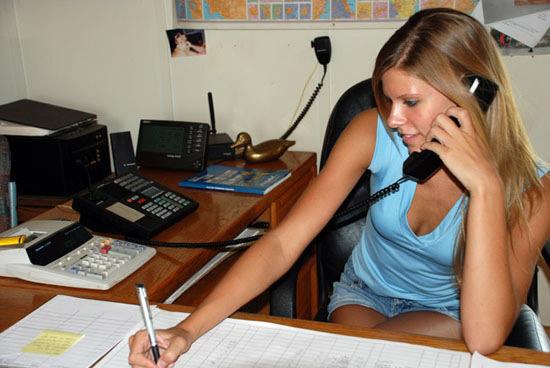 Cum să treci de secretară pentru a obține o întâlnire cu directorul