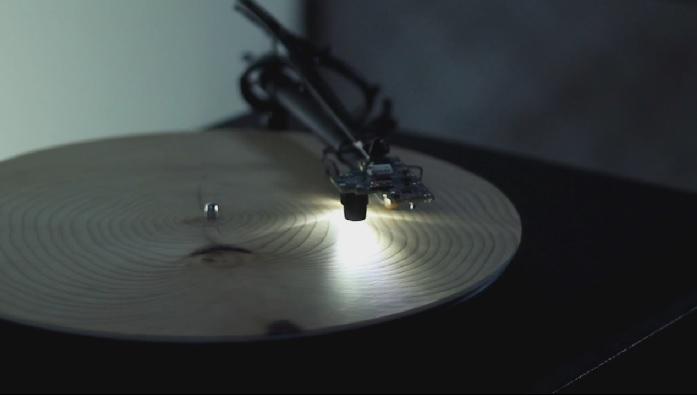Natura compune muzică – cum sună un disc de lemn la un gramofon